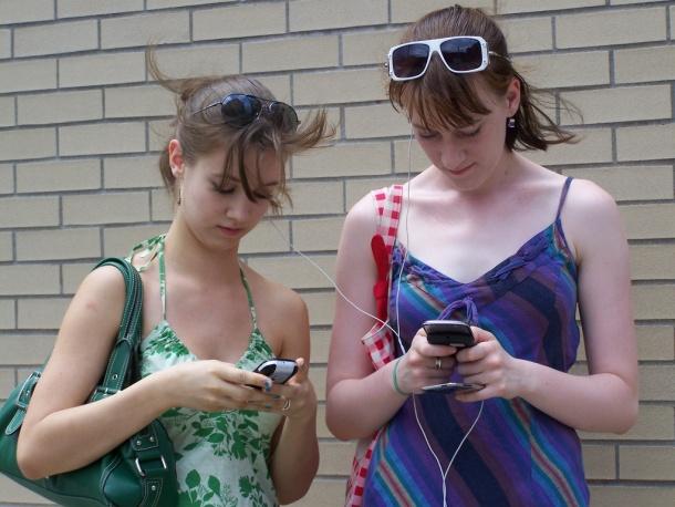 Dos chicas, tres gadgets