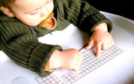 Bebé con teclado