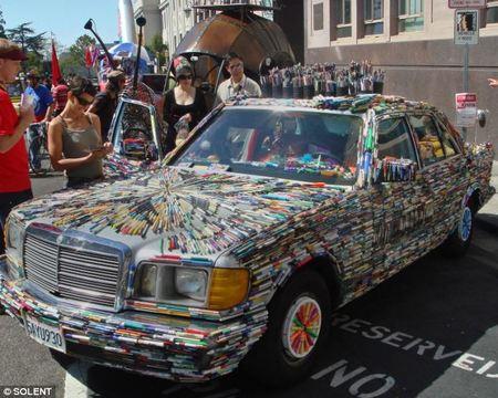 Mercedes Benz recubierto de bolígrafos y marcadores