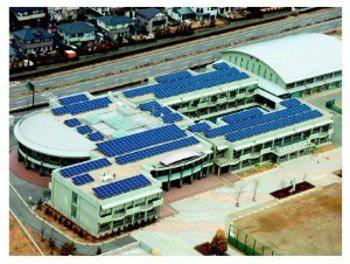 Escuela con paneles solares en Japón