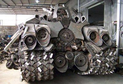 Hombre construye un tanque Megatron de 5 toneladas