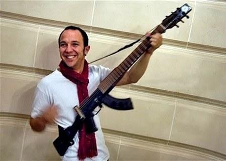 AK-47 reciclado en una guitarra eléctrica