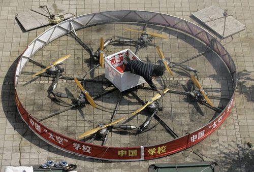 Un hombre chino ha construido una rueda voladora usando 8 motores de motocicleta