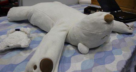 Este oso robótico ayuda a callar a quienes roncan