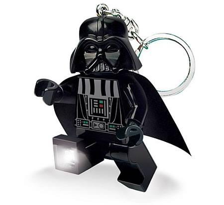 Un llavero Lego de Darth Vader con linterna incluida