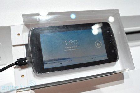 Fujitsu presenta un móvil con procesador Tegra 3 y Android 4.0