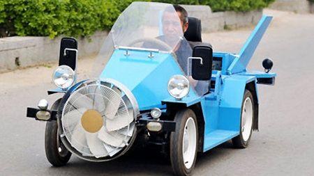 Granjero chino crea su propio automóvil eólico