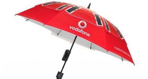 Vodafone presenta una sombrilla solar que puede recargar tu teléfono móvil