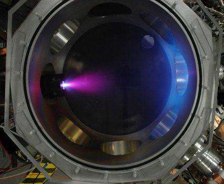 Científicos quieren desarrollar un propulsor de plasma para viajes por el espacio