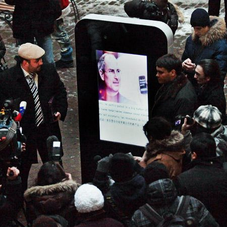 Rusos crean un iPhone gigante en honor a Steve Jobs