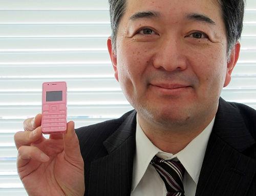 El móvil más pequeño y liviano del mundo tiene una pantalla de 1 pulgada