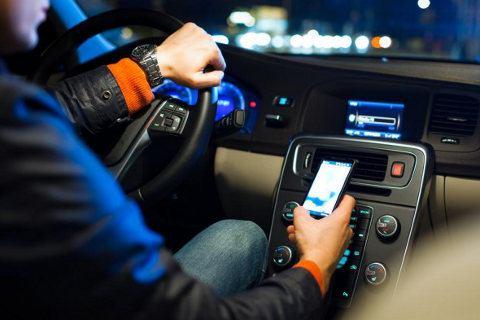 En California está prohibido usar el GPS de un smartphone mientras conducimos