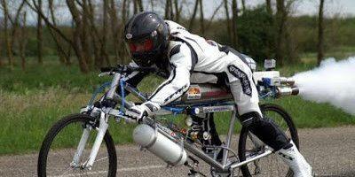 Esta bicicleta con cohete alcanza velocidades de hasta 260 kilómetros por hora