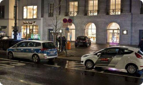 Ladrones estrellan un auto contra una tienda de Apple y roban parte de la mercadería