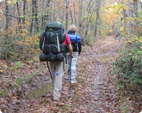Científicos crean una mochila que recarga tus dispositivos mientras caminas