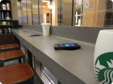 Starbucks instalará estaciones de recarga inalámbrica para móviles