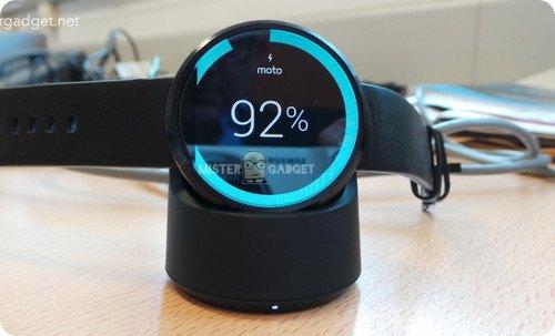 Nueva imagen del Moto 360 en su plataforma de recarga inalámbrica