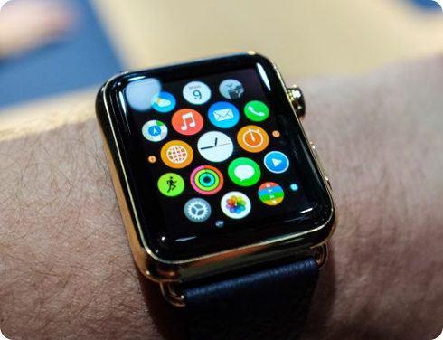 Un hombre fue multado por usar el Apple Watch mientras conducía