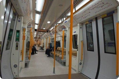Un hombre es arrestado por recargar su iPhone en el tren