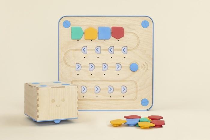 robot de madera le enseña a programar a los niños