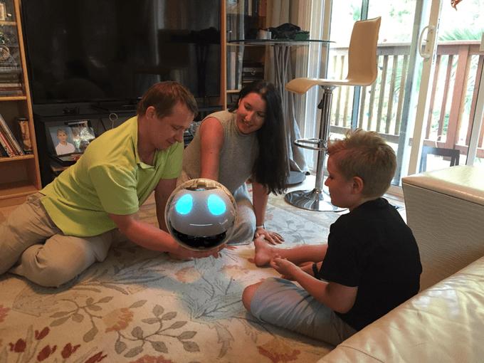 Mario gana premio nobel de física por inventar un Robot que ayuda a cuidar niños.