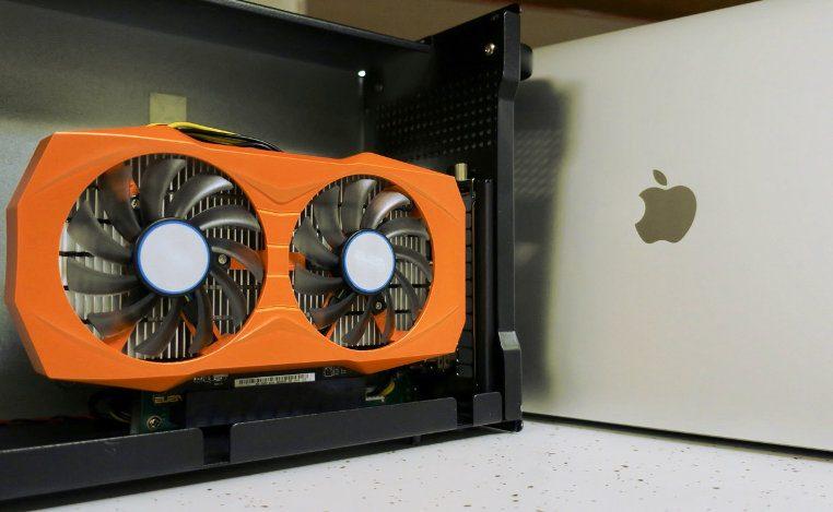 eGPU montado en gabinete externo a una laptop Mac de Apple