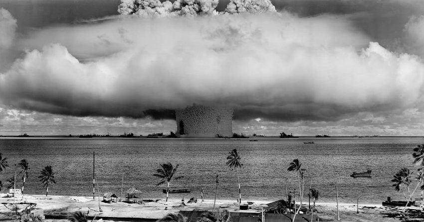 Una explosión de bomba nuclear en el medio del océano cerca de una de las tantas islas que fueron testigos el gran hongo radioactivo